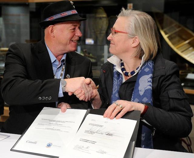 Le grand chef de la nation huronne-wendate, Konrad Sioui, et la ministre des Relations Couronne-Autochtones, Carolyn Bennett, ont signé leprotocole sur la consultation et l'accommodement, mercredi.