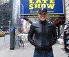 Rachid Badouri, 38 ans, devant le Ed Sullivan Theater, à Manhattan, quelques instants avant de monter sur scène pour la première fois aux États-Unis. Faire de l'humour en anglais est le nouveau défi de sa carrière.
