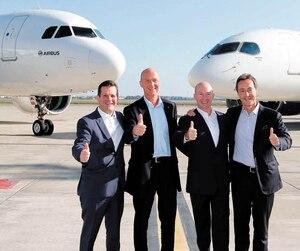 Pierre Beaudoin, président du conseil, et Alain Bellemare, PDG de Bombardier, avec Tom Enders et Fabrice Bregier, d'Airbus, lors de la vente du C Series.