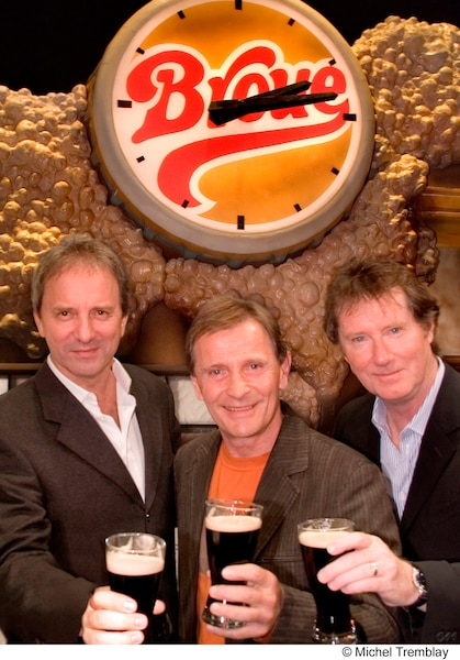 En 2006, après 27 ans, les trois comédiens de Broue établissent un record Guinness. Michel Côté, Marcel Gauthier et Marc Messier détiennent le record de longévité pour une pièce de théâtre jouée par la même distribution.
