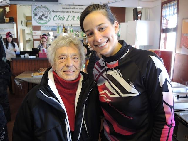 La doyenne du groupe de motoneigistes, Colette Brassard, âgée de 85 ans, est la grand-maman de la porte-parole de l'édition 2015 dans Manicouagan, Karine Tremblay.