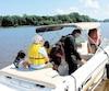 Plusieurs membres de la famille parcourent la rivière Saint-François, près de la marina de Saint-François-du-Lac, dans l'espoir de retrouver Richard St-Germain, porté disparu depuis qu'il a été éjecté de son bateau dimanche soir.