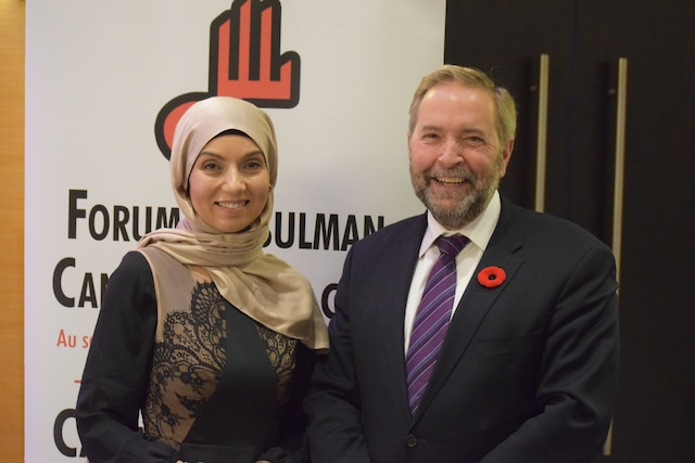 La porte-parole de Forum musulman canadien, Samah Jebbari et le chef du NPD, Thomas Mulcair.