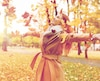 Bloc automne mode manteau happy woman having fun with leaves in autumn park