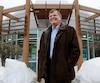 À Saint-Gabriel-de-Valcartier, le maire Brent Montgomery dit offrir un maximum de services au moindre coût à ses citoyens. Sur la photo, on voit l'élu devant l'hôtel de ville le 23février dernier.