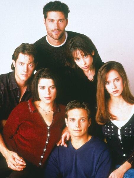 Avec Jeremy London, Matthew Fox,  Lacey Chabert, Jennifer Love Hewitt et  Scott Wolf dans Party of Five.