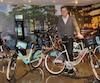 Luc Sabbatini est photographié avec le 50 000e vélo spécialement créé pour le 375e de Montréal.