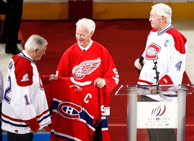 Lors de la grande soirée du 4 décembre 2009, célébrant le centenaire du Canadien, Jean Béliveau est aux premières loges pour vivre ce moment émouvant. Dickie Moore et Gordie Howe fêtent également l'événement en tenant le chandail de Maurice Richard.