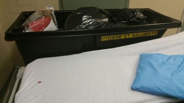 Des civières collées sur un bac à ordures plein ont été vues à plusieurs reprises.