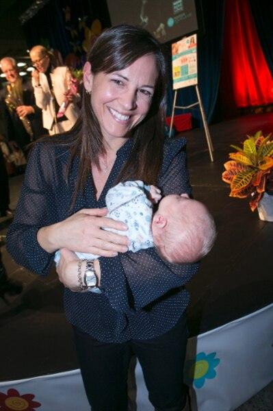 La triple médaillée olympique qui dit que sa plus grande réussite est ses enfants, Isabelle Charest, a pris dans ses bras le charmant Olivier.