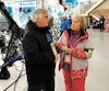 Notre journaliste André Cyr s'entretient avec Mme Paulette Rowlandson, bénévole depuis les Jeux de Vancouver, en 2010.