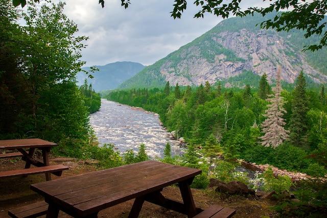 Halte le long du sentier Le Riverain dans le parc national des Hautes-Gorges-de-la-Rivire-Malbaie, dans Charlevoix.