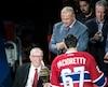 Jacques Demers qui passe le flambeau à Max Pacioretty (67) à l'occasion de la présentation des joueurs aux partisans, lors d'un match de hockey de la LNH entre les Penguins de Pittsburgh et le Canadien de Montréal, au Centre Bell, le mardi 18 octobre 2016. MARTIN CHEVALIER / LE JOURNAL DE MONTRÉAL / AGENCE QMI