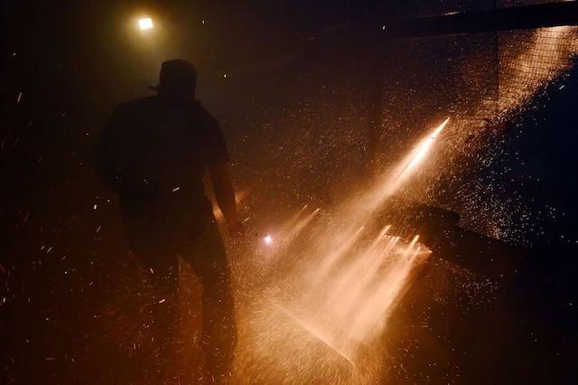 Des roquettes artisanales fusent de part et d'autre au-dessus du village de Vrontados, sur l'île de Chios, en Grèce, à l'occasion de la fête de Rouketopolemos («La guerre des fusées»), le 19 avril 2014.