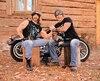 Avec leurs gros bras, Claude Grisé et Benoit Provencher tournent en dérision leur amour des motos et du culturisme.