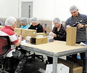 Au Groupe TAQ à Québec, une entreprise adaptée qui fait des travaux de sous-traitance pour des clients comme Simons, Biscuits Leclerc et Chocolats Favoris, 70% des quelque 260 employés sont des personnes qui présentent un handicap, dont plusieurs que l'on peut voir sur cette photo.