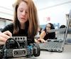 En Colombie-Britannique, un nouveau cours de technologie a été créé, comprenant des notions de programmation informatique avec des robots pour les élèves du primaire et du secondaire.
