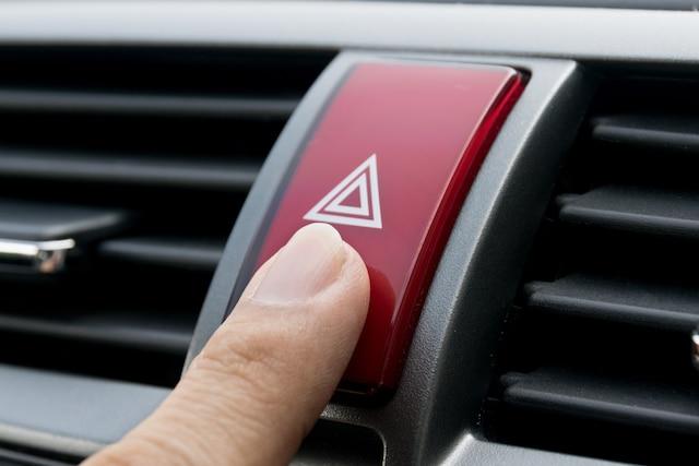 Il est important d'actionner vos feux de détresse le plus rapidement possible afin d'être vu des autres automobilistes.  Avant de descendre de votre véhicule, assurez-vous d'être vu par les autres automobilistes et d'avoir suffisamment d'espace pour le faire en toute sécurité.