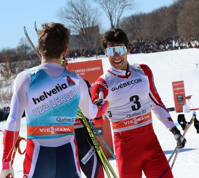 Le favori de la foule félicite Johannes Hoesflot Klaebo après la course.