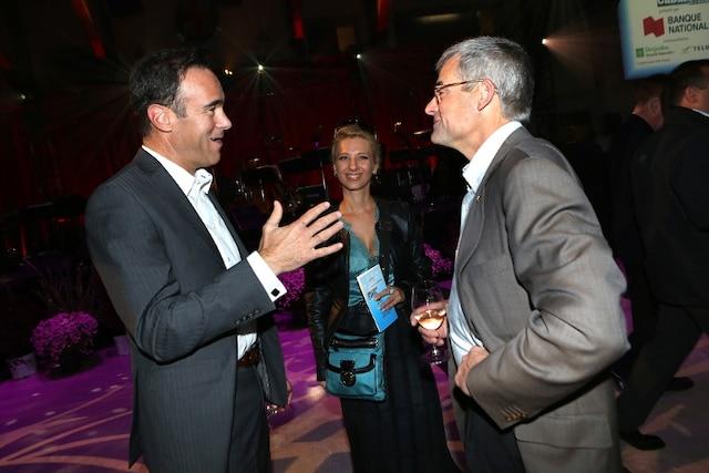 Pierre Boivin discute avec Pierre Dion et Geneviève Primard lors de la Soirée-bal pour l'Association des enfants handicapés.