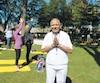 Madan Bali a tenu une activité de yoga à Lac-Mégantic afin de diminuer le stress dans la communauté.