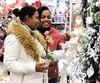 Karen Ngan Kuen Waye et Andrée-Marie Veronique ont fait quelques emplettes en prévision de Noël, hier, au centreHortibeauce de Sainte-Marie. Arrivées au Québec en mars pour travailler chez Olymel, elles souhaitent maintenant faire leur vie ici.