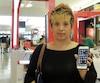 Verna Jane Dumlao a trouvé injuste de devoir payer 50$ plus taxes pour utiliser son téléphone avec un fournisseur local lors d'un voyage aux Philippines en2016.