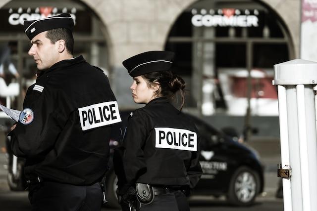 Cette policière est venue m'avertir d'arrêter ce photographier les agents. Je risquais l'arrestation si je continuais.