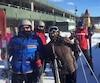 Kim Hartle (au centre) et ses proches ont dû payer deux fois pour se trouver un logis près des pistes de ski. Ils avaient loué un chalet auprès de l'entreprise de Sylvain Berthelet, qui leur a dit que la place avait été inondée.