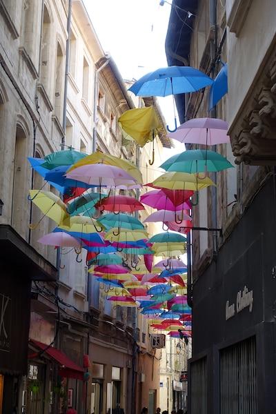 Une symphonie de couleurs  dans les rues étroites   d'Avignon,en France.