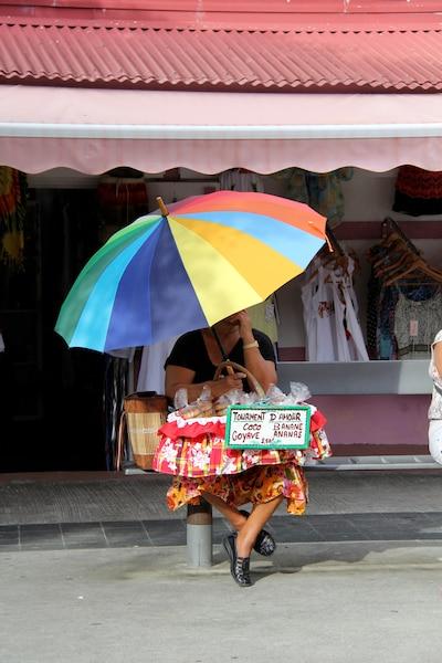 Recherchez les vendeuses de «tourments d'amour», ces petits gâteaux traditionnels fourrés à la noix de coco.