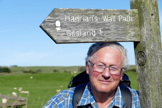 Selon le spécialiste Mark Richards, la randonnée le long du mur d'Hadrien, en  Angleterre, devrait se faire d'ouest en est.