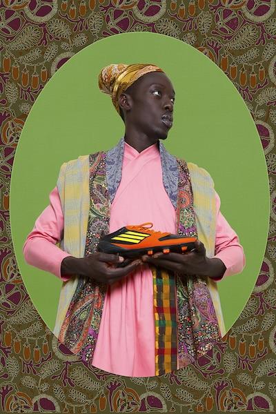 Diaspora<br /> Omar Victor Diop (Sénégal)<br /> Des autoportraits de l'artiste à l'image de personnages, tous affublés d'un accessoire de football, qui ont marqué l'histoire des Africains hors d'Afrique.<br /> Au Complexe Guy-Favreau