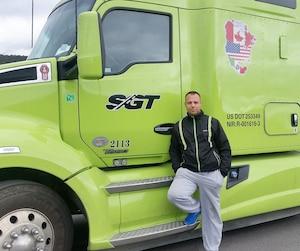 Le Serbe Goran Dimitrijevic réalise son rêve américain en roulant sur les routes du Canada et des États-Unis. Il peut s'acheter une auto, ce qu'il ne pouvait pas faire chez lui.