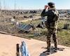 Un membre des Forces démocratiques syriennes surveillait un camp de fortune hier à la recherche de djihadistes de l'ÉI dans la ville de Baghouz.