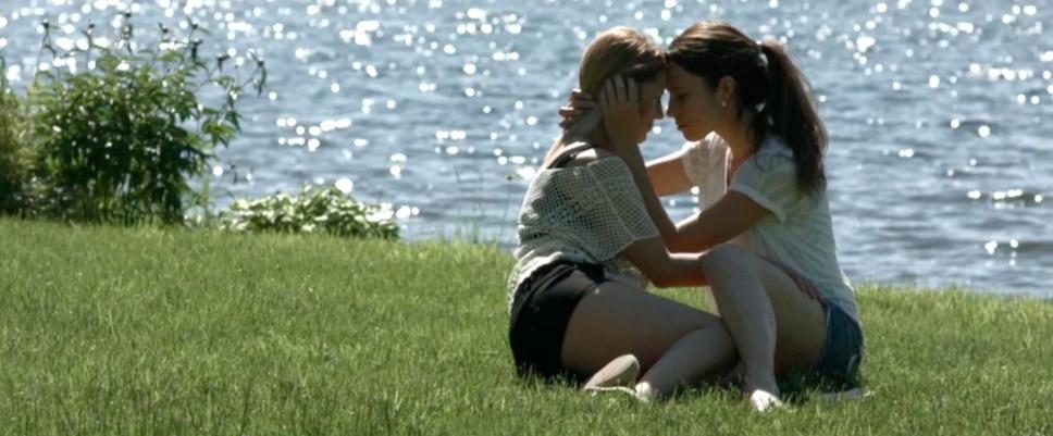 Les Jumelles Barabé présentent aujourd'hui un vidéoclip dans lequel une femme quitte son conjoint pour retrouver une autre femme.