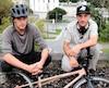 Jonathan Barrette et Francis Côté posent avec un vélo modifié afin d'aller encore plus rapidement.