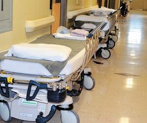 À l'hôpital de La Pocatière, dans le Bas-Saint-Laurent, des citoyens se sont mobilisés pour ne pas perdre leurs services de santé.