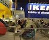 Des «campeurs» attendent l'ouverture du Ikea.