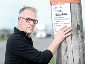 Il y a un an, Serge Doran-Marcheterre installait ces affiches à Charlesbourg.