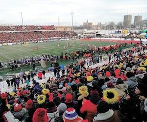 Plus de 12 300 amateurs de football se sont entassés au Stade TELUS.