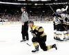 David Perron est entouré de ses coéquipiers après avoir compté le but vainqueur contre les Bruins jeudi soir. À gauche, Noel Acciari se relève péniblement à la suite d'un croc-en-jambe de Tyler Bozak.