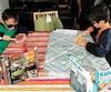 Norbert Delisle, 8 ans, et Fernand Delisle, 9 ans, de Saint-Rémi, en Montégérie, font leur apprentissage scolaire à la maison depuis deux ans et demi. Sur la photo, ils s'adonnent à une expérience éducative.