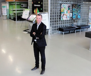 Le président du c.a. du Centre d'entrepreneuriat Alphonse-Desjardins Luc Arvisais, dans l'usine Wabasso, un édifice patrimonial.
