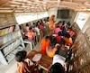 Classe flottante au Bangladesh. Dans certains pays, des services publics doivent être logés sur des bateaux pour les déplacer avec la montée des mers.