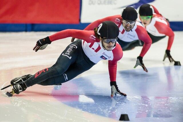 Le gagnant Samuel Girard lors la finale du 500m hommes de patinage de vitesse à l'aréna Maurice-Richard à Montréal, dimanche le 20 août 2017.