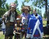 Des participants en habits traditionnels Mohawk à la célébration du Jour national des peuples autochtones au quai de l'Horloge jeudi.