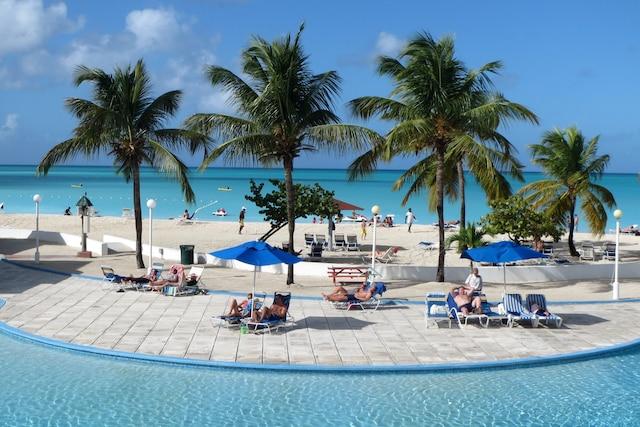 Piscine et palmiers sur Jolly Beach, une des plus magnifiques plages de l'île d'Antigua.