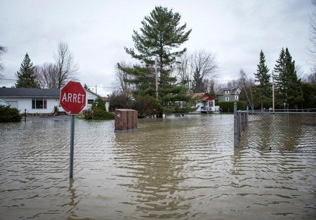 La Ville de Rigaud, en Montérégie, a déclaré l'état d'urgence jeudi en raison de la crue printanière «historique» causant d'énormes inondations sur son territoire, à Rigaud près de Montréal, samedi le 22 avril 2017. Sur cette photo: Des maisons de la rue Létourneau. JOEL LEMAY/AGENCE QMI