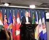 Peter Julian a annoncé qu'il quittait la course à la chefferie du NPD devant les journalistes, jeudi.